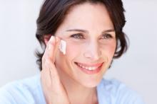 Femme appliquant un hydratant pour le visage NEUTROGENA®