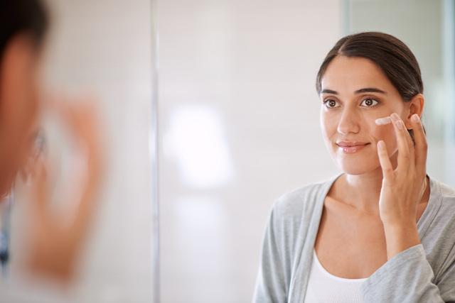 Femme appliquant un hydratant NEUTROGENA® sur son visage