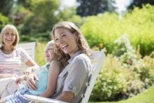 Femme et sa famille assises en plein air