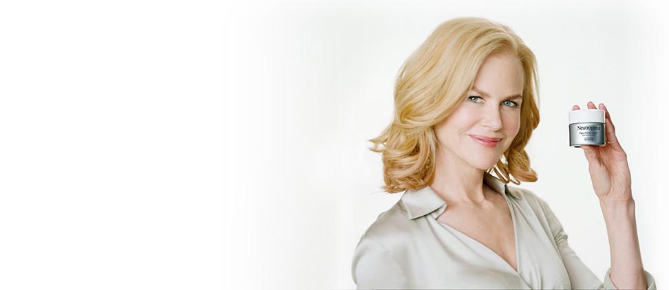 Nicole Kidman tenant un produit antiâge NEUTROGENA®