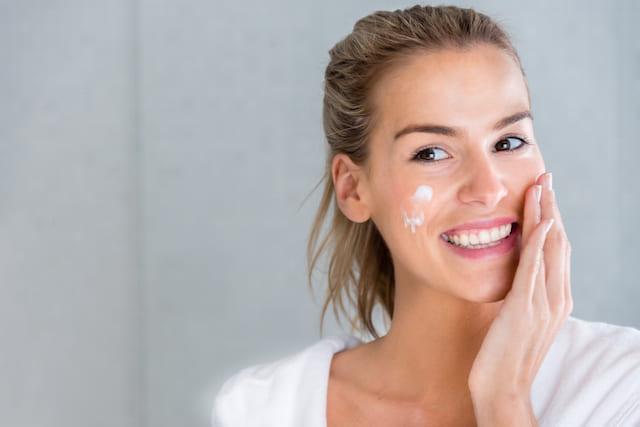 Femme s'hydratant la peau avec des produits NEUTROGENA®