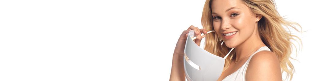 Olivia Holt avec le masque de luminothérapie antiacné NEUTROGENA®