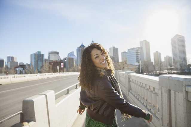 Femme souriante qui se promène en ville