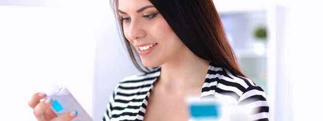 Femme au comptoir beauté examinant des produits NEUTROGENA®