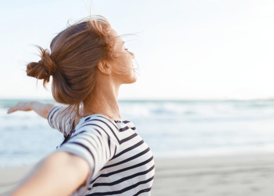 Femme prenant une grande inspiration en plein air, par Neutrogena Éducation