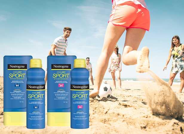 Femme jouant au soccer avec des amis, à la plage, avec écrans solaires pour le sport NEUTROGENA®