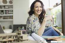Femme souriante dans un petit appartement