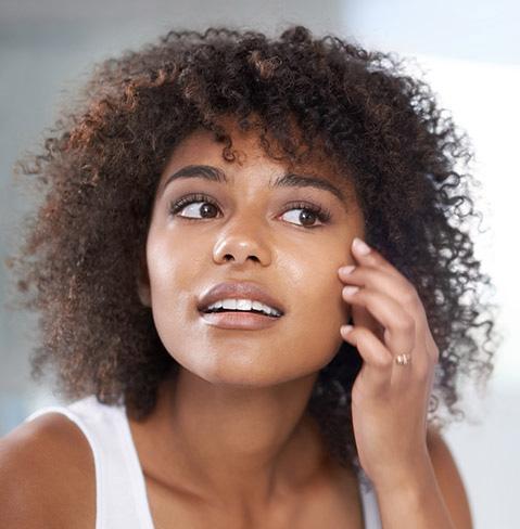 Femme examinant son visage