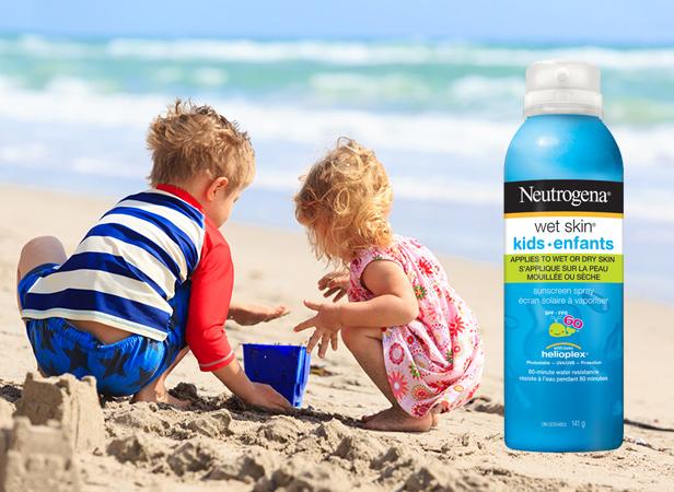 Enfants jouant dans le sable avec écran solaire à vaporiser NEUTROGENA® WET SKIN®