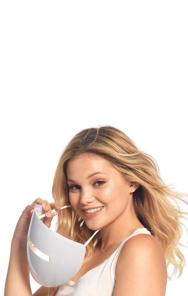 Olivia Holt tenant le masque de luminothérapie antiacné NEUTROGENA®