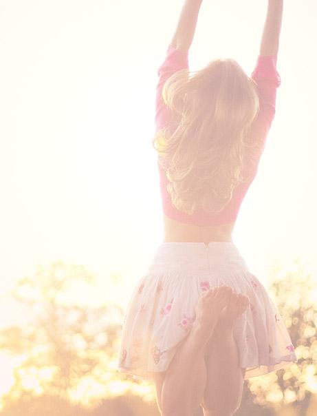 Femme sautant au soleil après sa routine matinale NEUTROGENA®