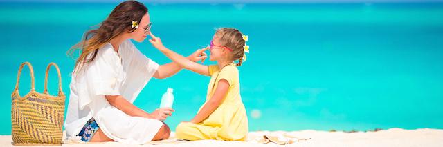 Femme jouant avec un enfant sur la plage